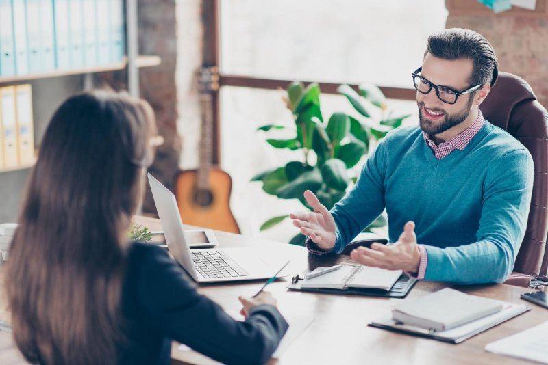 trabajar-marca-empleadora-hombre-mujer-charlando-escritorio-oficina