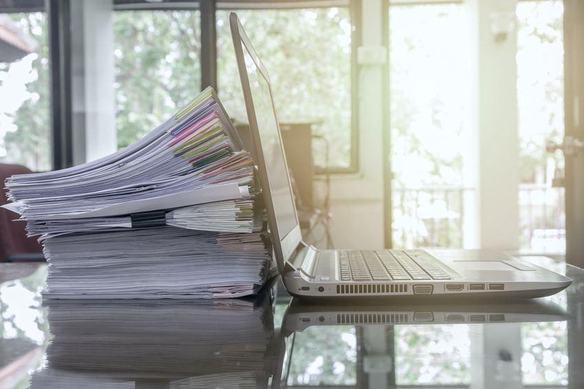 transformacion-digital-contabilidad-laptop-papeles-mesa