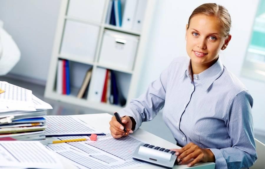 contadora-trabajando-etica-profesion-contable