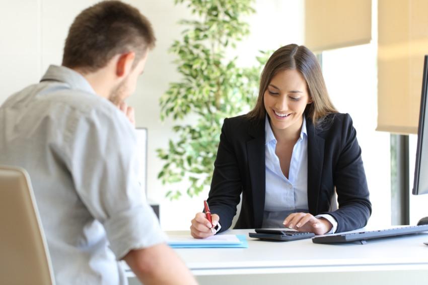 outsourcing-de-remuneraciones-ventajas-mujer-calculando-papel-lapiz-mesa-empleado-oficina