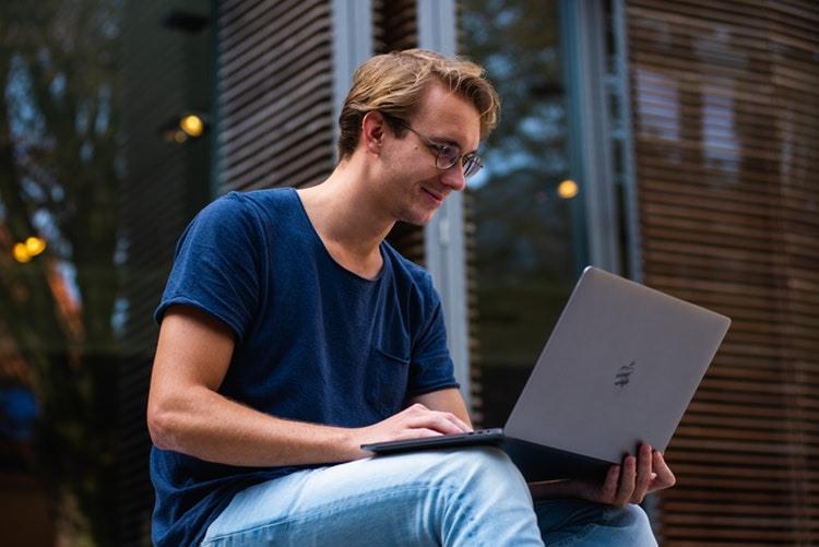 busqueda-seleccion-hombre-laptop-exteriores
