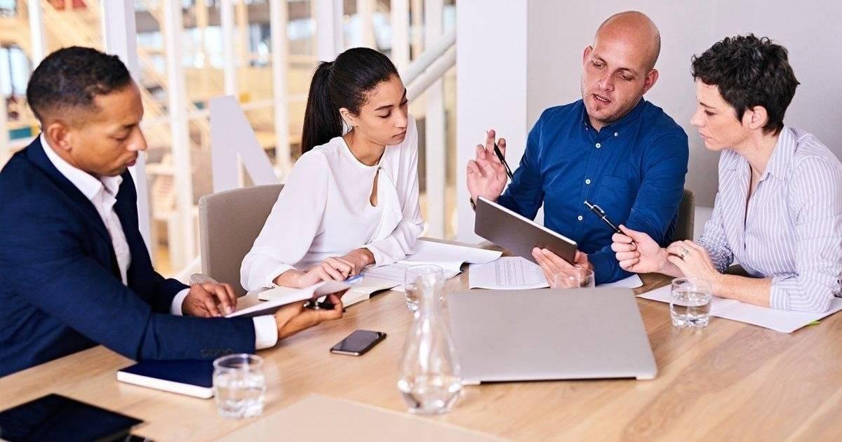 consejos-outsourcing-de-remuneraciones-ejecutivos-clientes-reunion-oficina-mesa