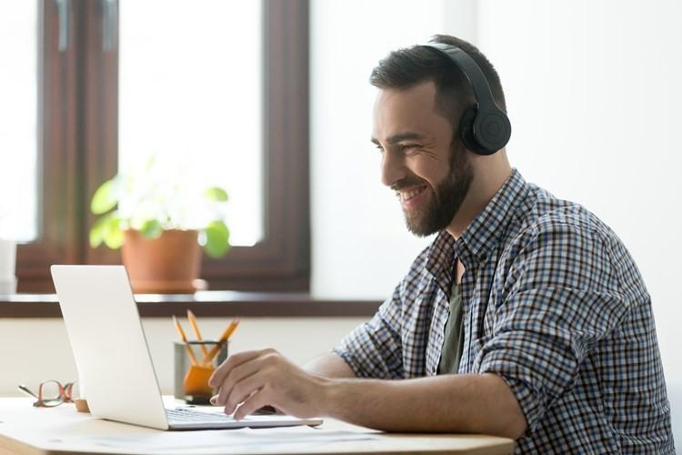 tecnicas-seleccionar-personal-hombre-haciendo-videoconferencia-laptop-audifonos